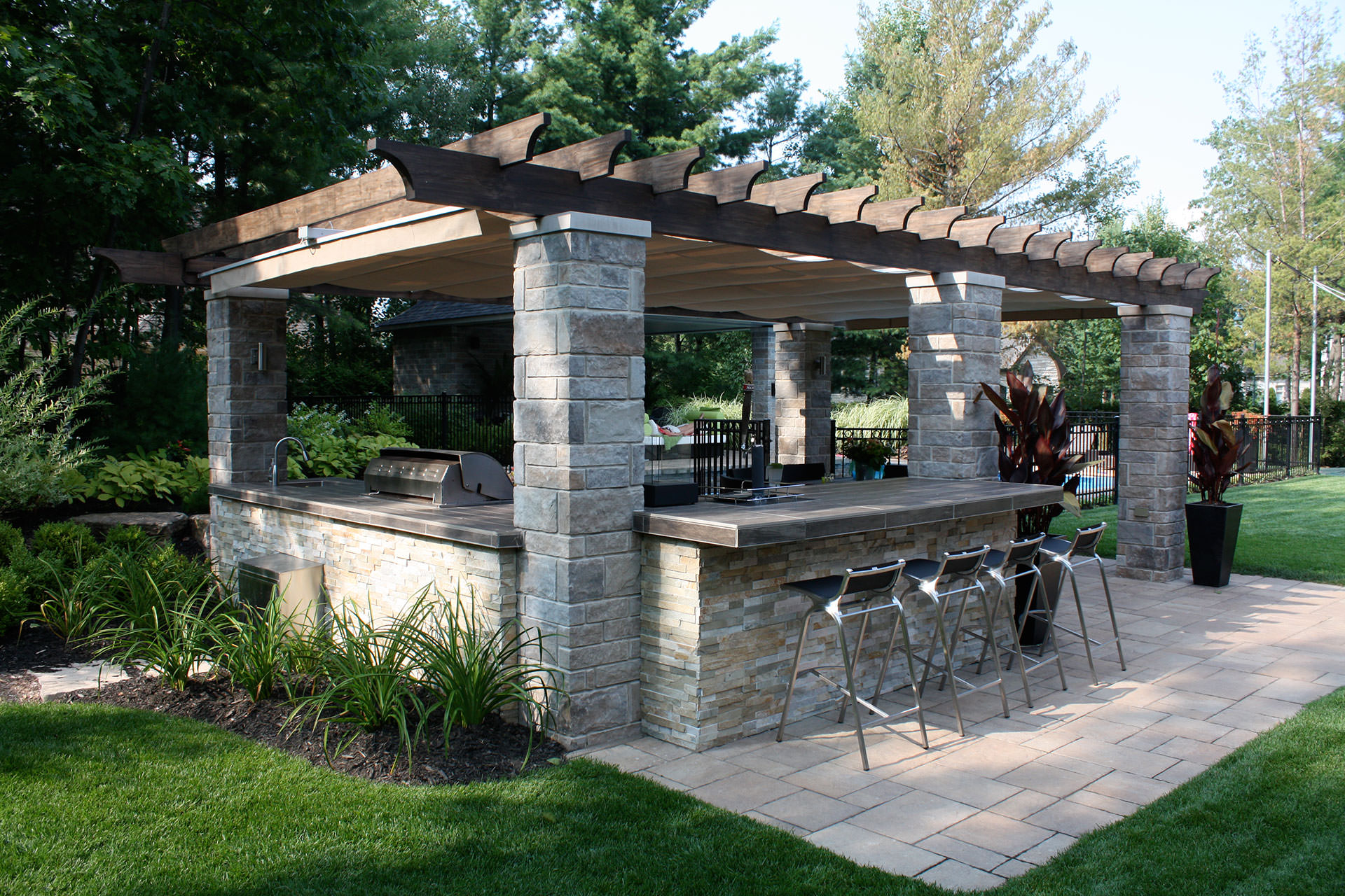 Retractable outdoor kitchen cover in terrebonne shadefx for Outdoor kitchen pergola ideas